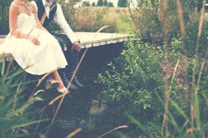bryllupsfoto på en bro